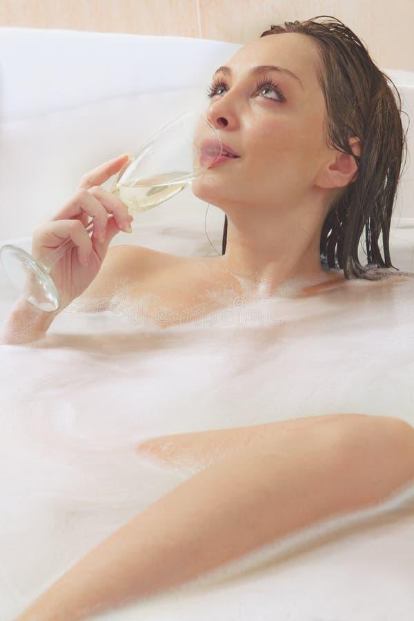 La mujer está disfrutando de un baño imagen de archivo libre de regalías