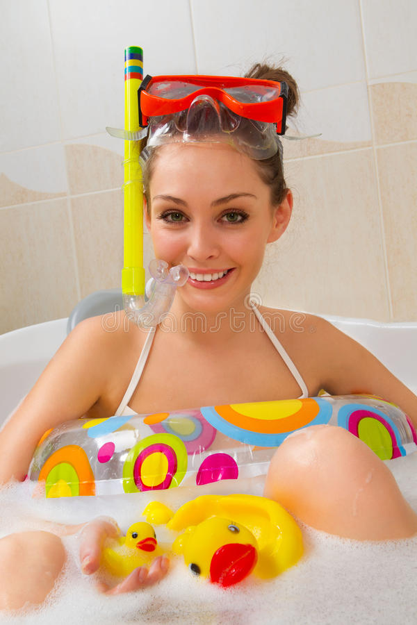 La mujer está disfrutando de un baño en máscara con el tubo respirador. imagen de archivo libre de regalías