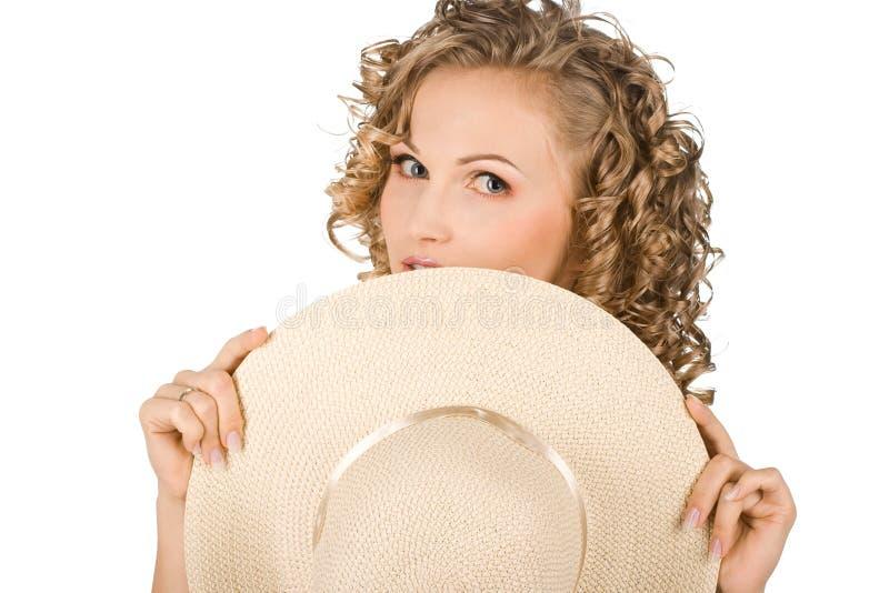 La mujer está en un sombrero foto de archivo libre de regalías