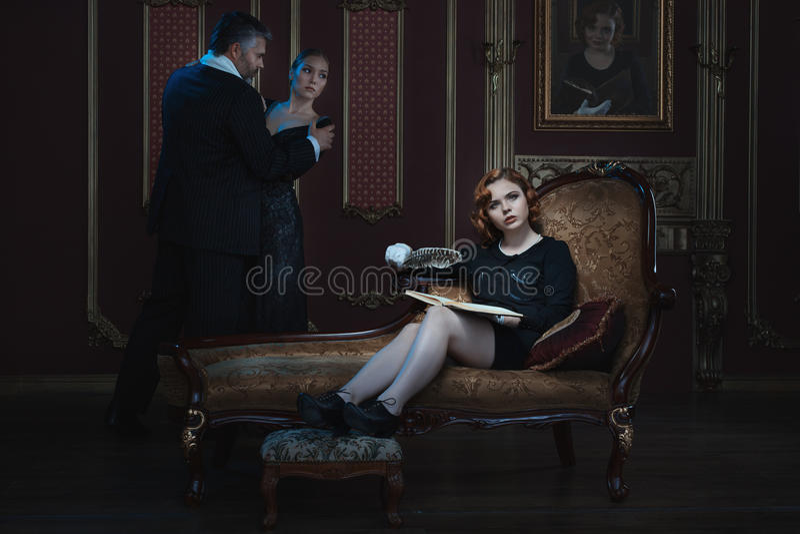 La mujer está escribiendo un libro foto de archivo libre de regalías