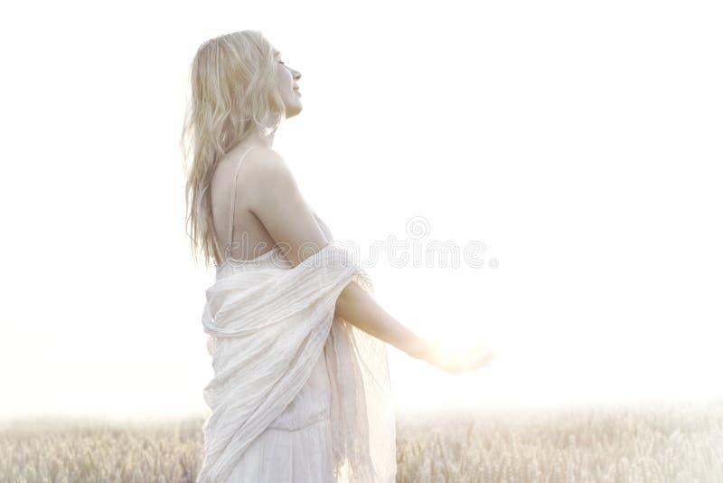 La mujer está llevando a cabo toda la energía del sol imágenes de archivo libres de regalías