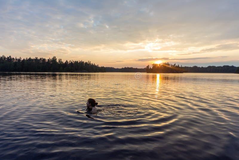 La mujer está nadando en el lago foto de archivo