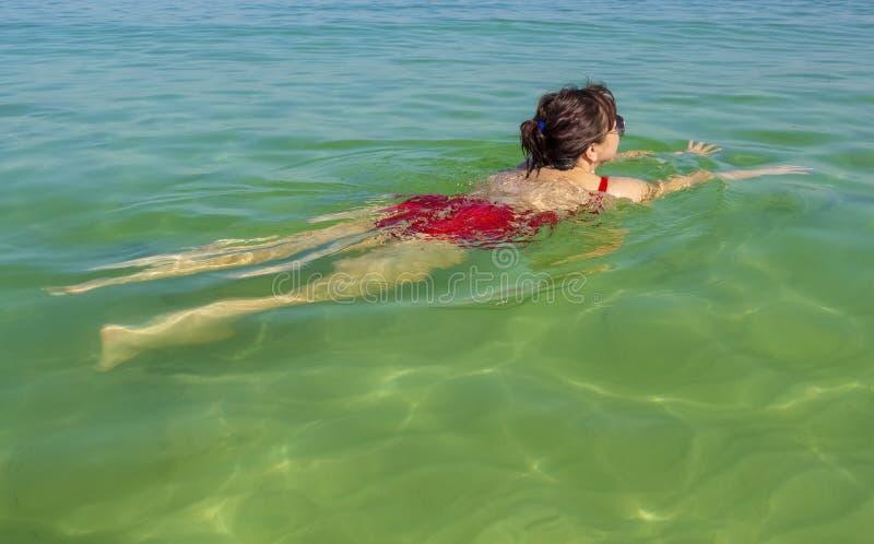 La mujer está nadando imagen de archivo libre de regalías
