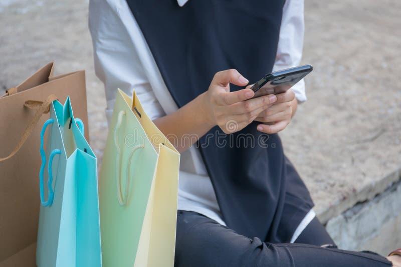 La mujer está utilizando un smartphone foto de archivo libre de regalías