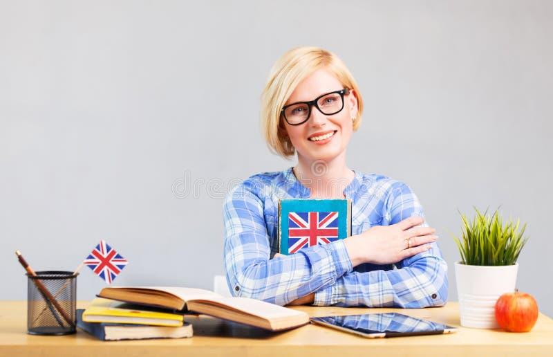 La mujer estudia inglés foto de archivo libre de regalías