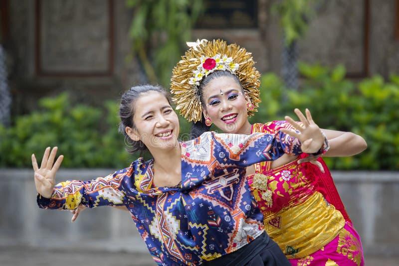 La mujer feliz aprende la danza de Pendet fotos de archivo