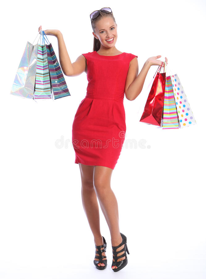 La mujer feliz atractiva en regalo rojo de las compras de la alineada empaqueta imágenes de archivo libres de regalías