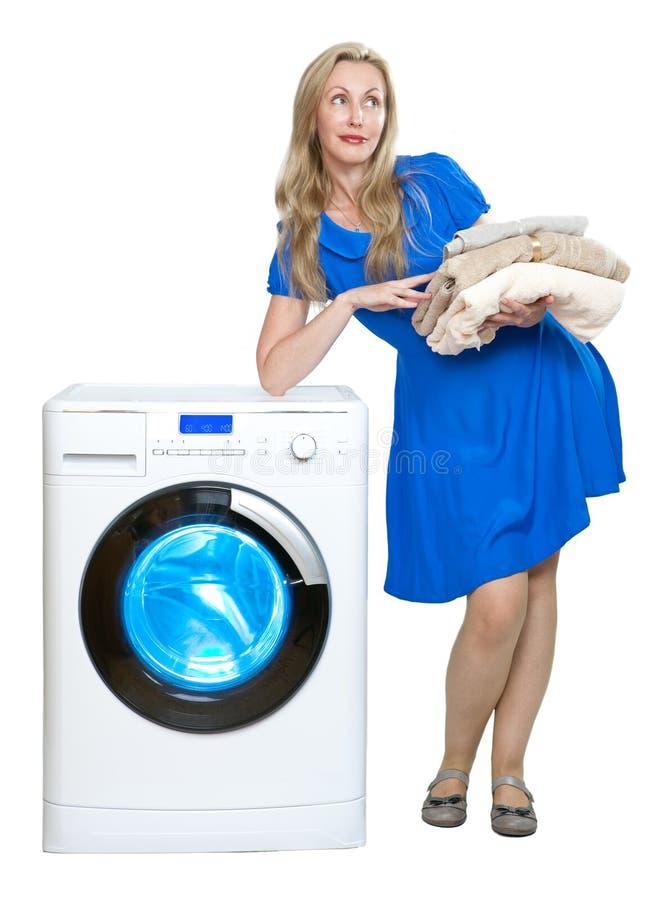 La mujer feliz cerca de la lavadora imágenes de archivo libres de regalías