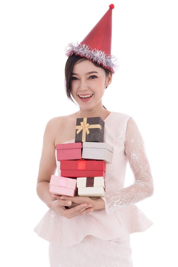 La mujer feliz con el sombrero y sostener una caja de regalo de la Navidad aisló o fotografía de archivo libre de regalías