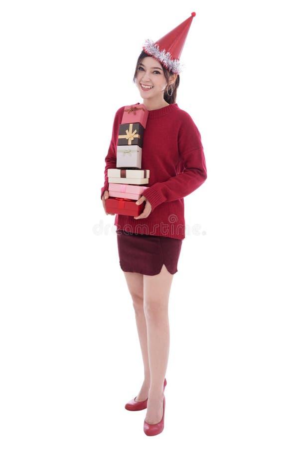 La mujer feliz con el sombrero y sostener una caja de regalo de la Navidad aisló o foto de archivo libre de regalías