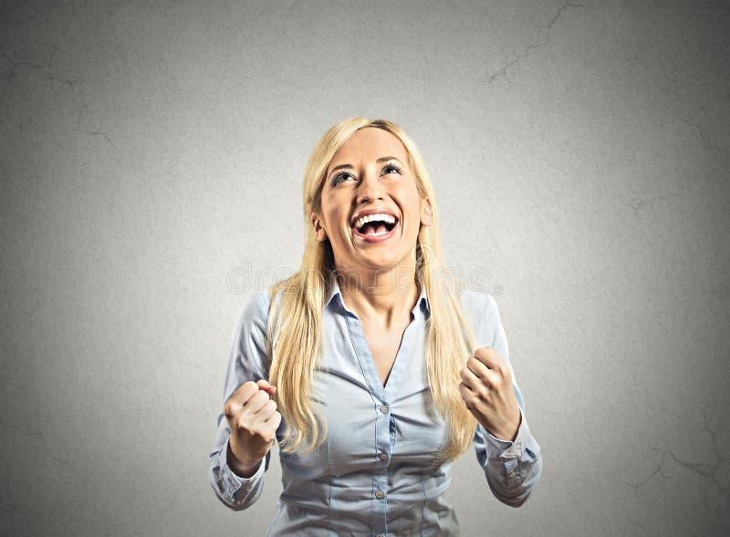 La mujer feliz exulta los puños de bombeo extáticos celebra éxito imagen de archivo