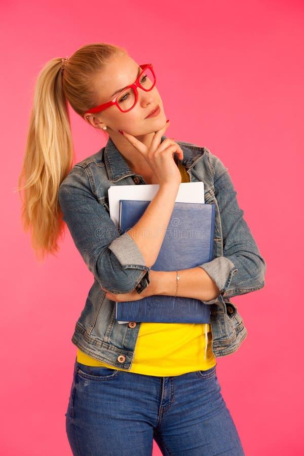 La mujer feliz joven hermosa en camiseta amarilla lleva a cabo actitud de la carpeta fotografía de archivo libre de regalías