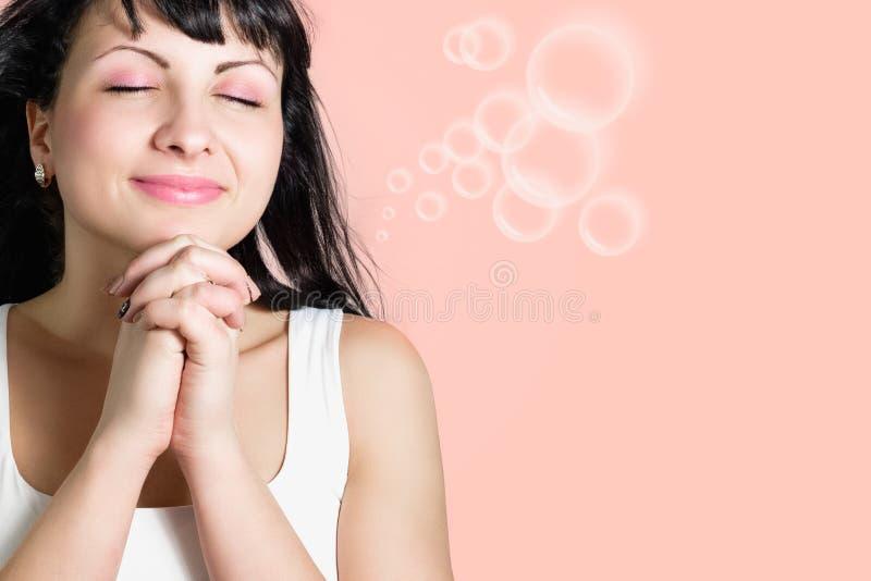 La mujer feliz joven hermosa hace un deseo fotografía de archivo libre de regalías