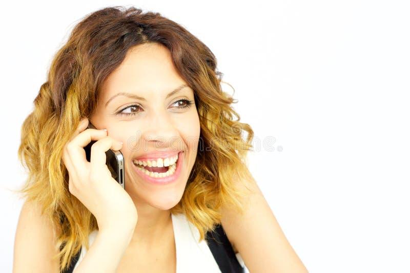 La mujer feliz sonriente en el teléfono aisló el primer imágenes de archivo libres de regalías