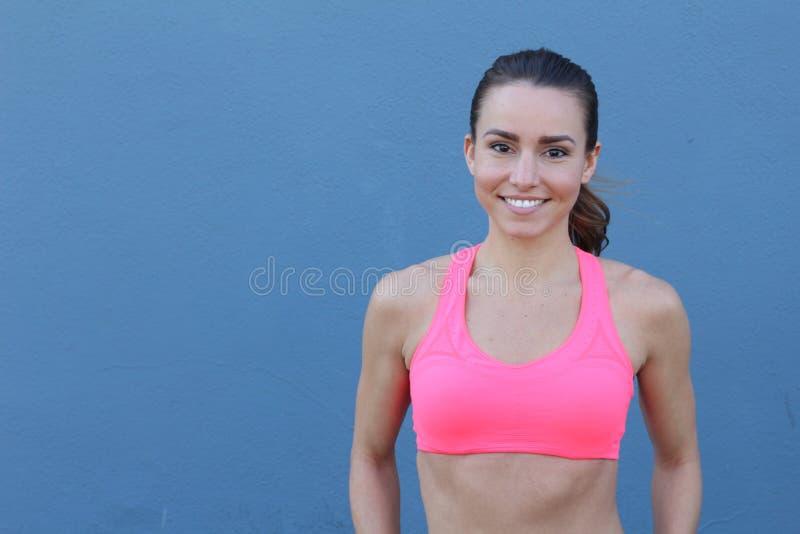 La mujer femenina de la aptitud con el cuerpo muscular, hace su entrenamiento, ABS, abdominals con el espacio de la copia fotografía de archivo