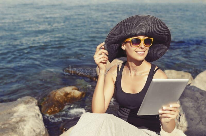La mujer fotografía el selfie imagenes de archivo