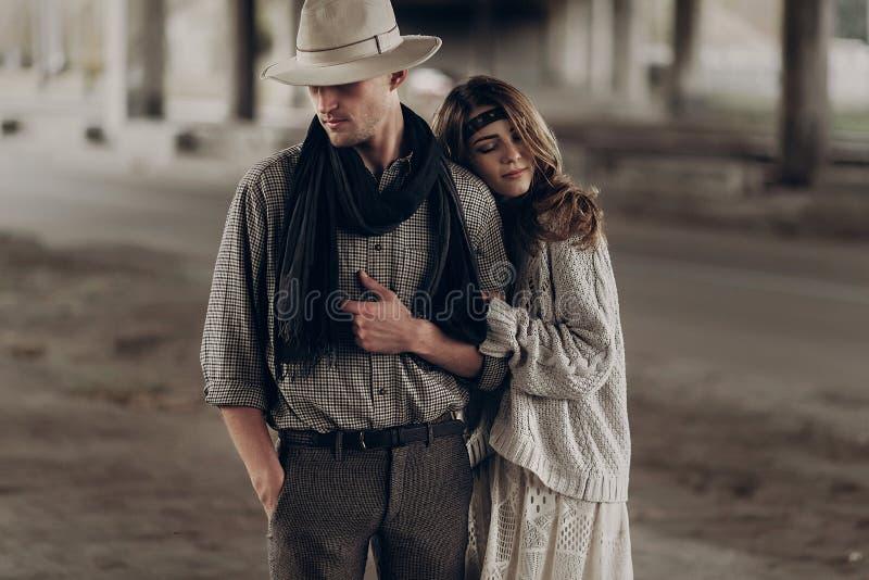 La mujer gitana romántica en ropa elegante del boho y el vestido del blanco abrazan fotos de archivo