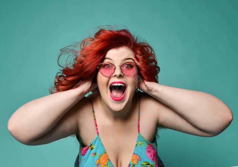 La mujer gorda gorda ruidosa de risa de grito lleva a cabo su cabeza con las manos no puede creer venta enorme del descuento o su imágenes de archivo libres de regalías