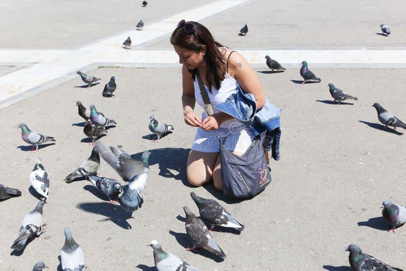 La mujer goza con la paloma en athene foto de archivo