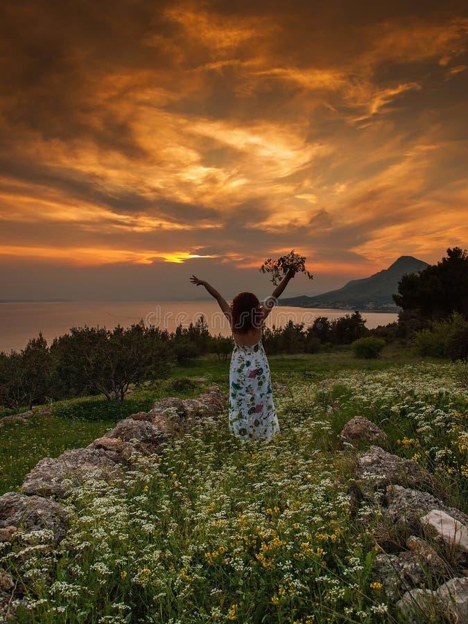 La mujer goza del sol del verano imagen de archivo