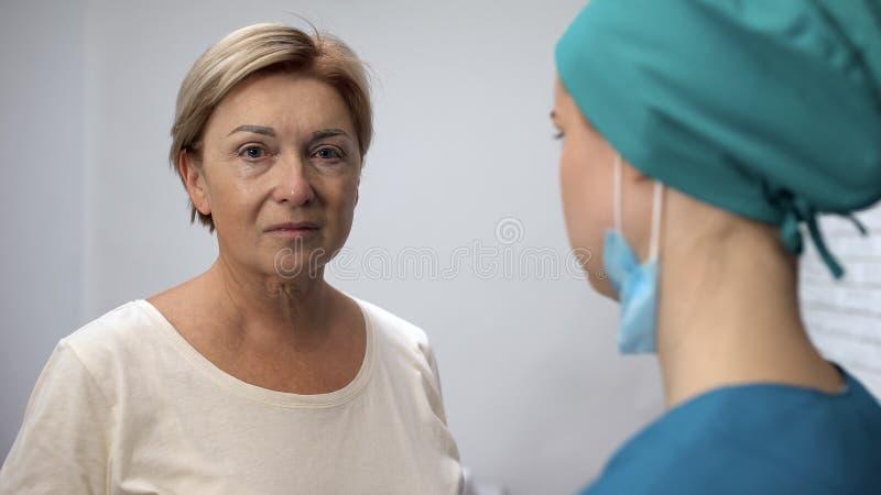 La mujer gritadora que miraba la cámara, recibió los resultados de la prueba de doctor, mala diagnosis fotografía de archivo libre de regalías