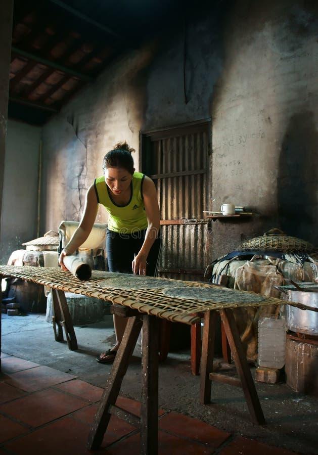 La mujer hace que la faja se apelmaza (trang del banh). VAGOS RIA, VIETNAM 2 DE FEBRERO fotos de archivo