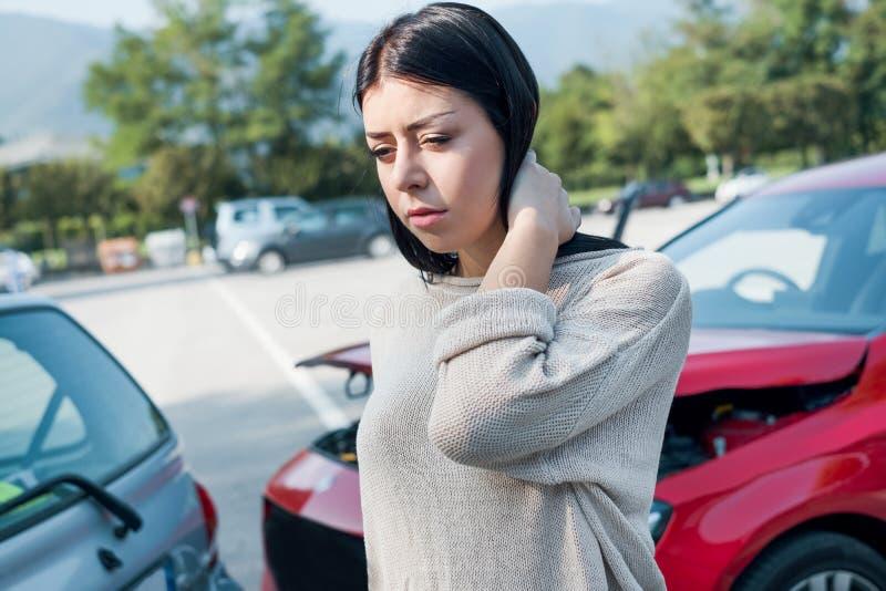 La mujer herida necesita emergencia de los primeros auxilios después de choque de coche fotografía de archivo