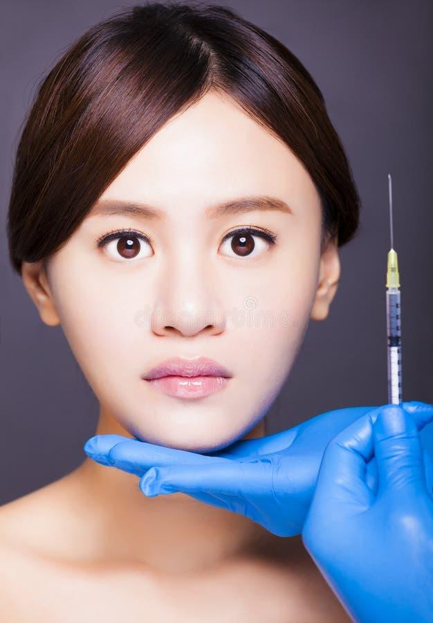 La mujer hermosa asiática consigue la inyección en su cara medi estético imágenes de archivo libres de regalías