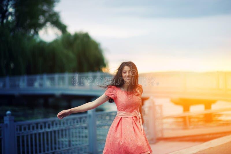 la mujer hermosa camina en la puesta del sol imágenes de archivo libres de regalías