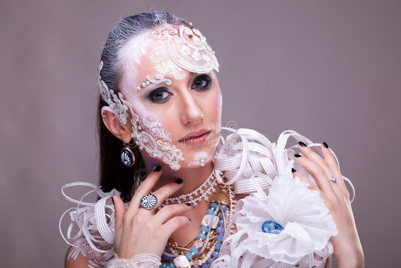 La mujer hermosa con creativo artístico compone foto de archivo