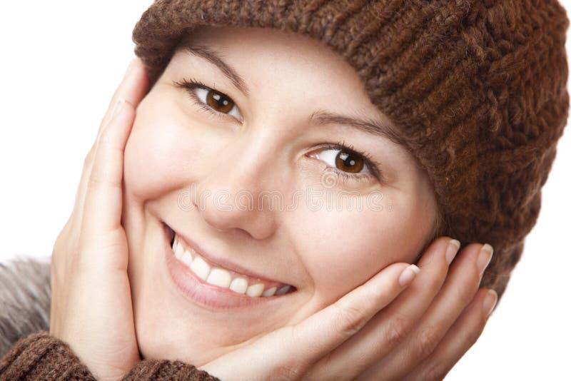 La mujer hermosa con las manos en cara sonríe feliz fotografía de archivo libre de regalías
