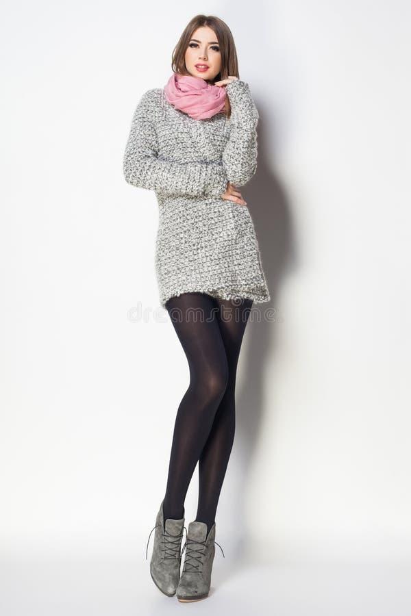 La mujer hermosa con las piernas atractivas largas vistió la presentación elegante en th foto de archivo