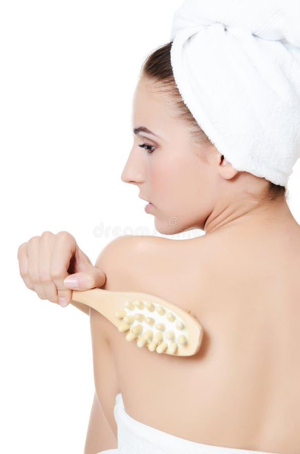 Mujer con un cepillo del masaje. Concepto del BALNEARIO. imagen de archivo