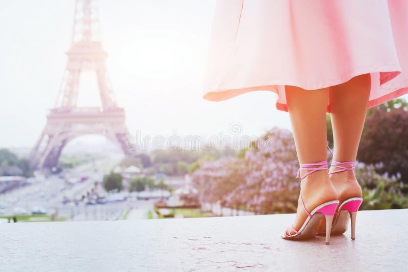 La mujer hermosa de la moda en los tacones altos acerca a la torre Eiffel en París fotografía de archivo libre de regalías