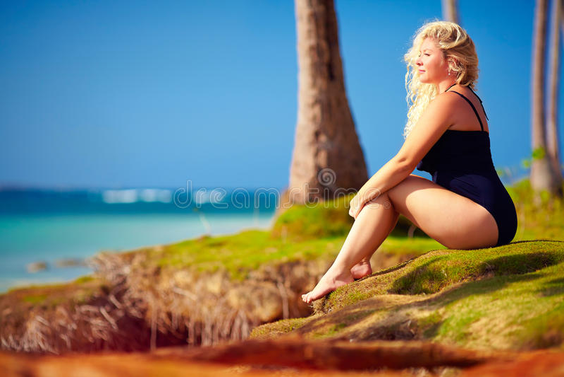 La mujer hermosa del tamaño extra grande disfruta de vida el vacaciones de verano fotos de archivo