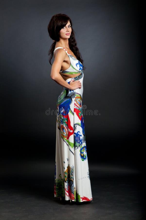 La mujer hermosa desgasta la ropa atractiva. imagen de archivo