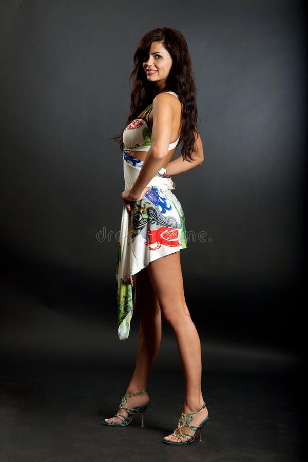 La mujer hermosa desgasta la ropa atractiva. imagenes de archivo