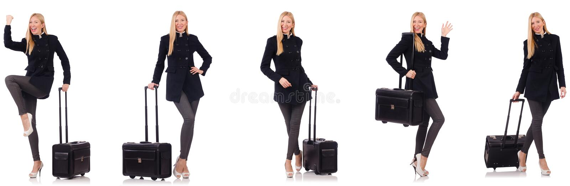 La mujer hermosa en capa negra con la maleta imágenes de archivo libres de regalías