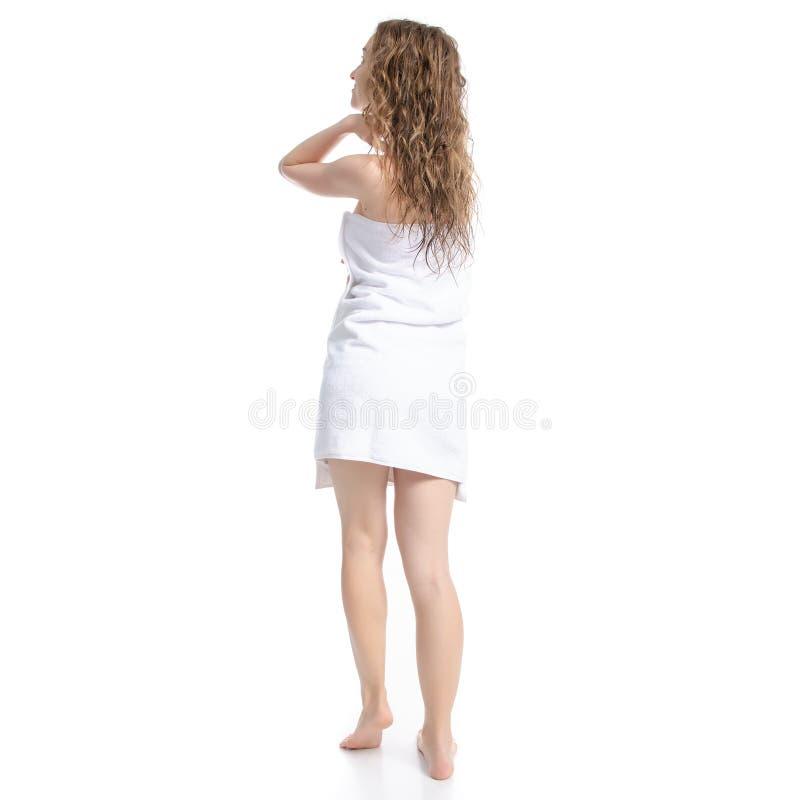 La mujer hermosa en el cuidado blanco del cuerpo de la belleza de la toalla va imagen de archivo libre de regalías