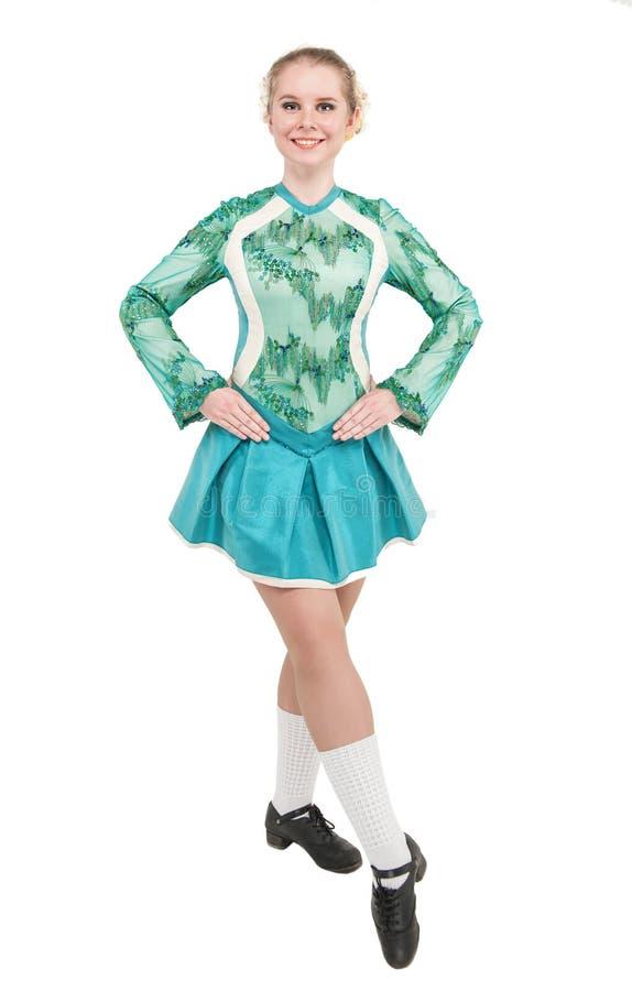 La mujer hermosa en el vestido azul para el irlandés baila aislado foto de archivo libre de regalías