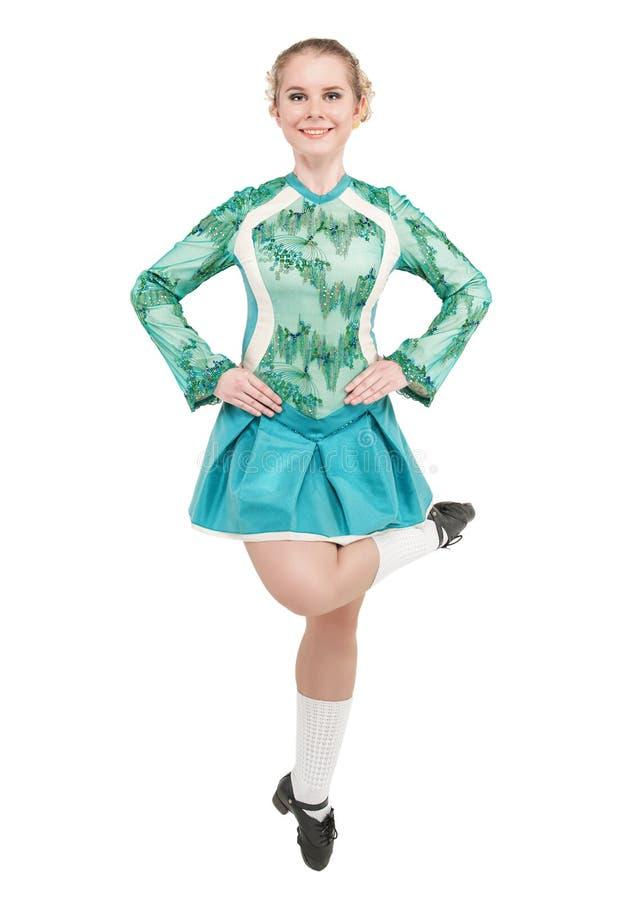 La mujer hermosa en el vestido azul para el irlandés baila el salto aislado imagenes de archivo