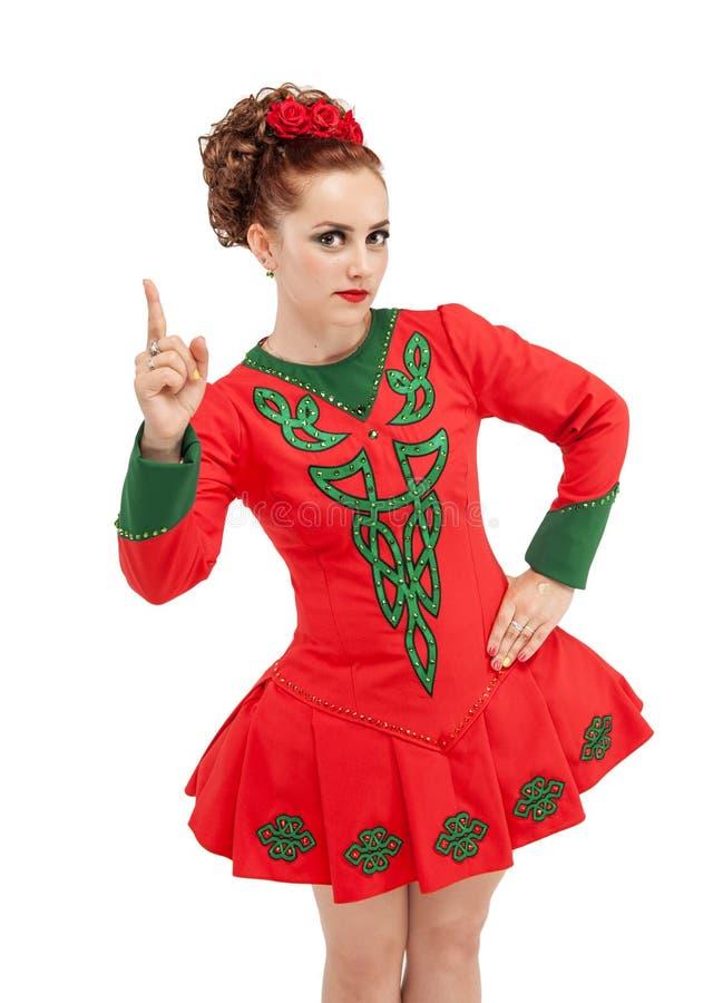 La mujer hermosa en el vestido para la danza del irlandés que aparece por el finger es foto de archivo