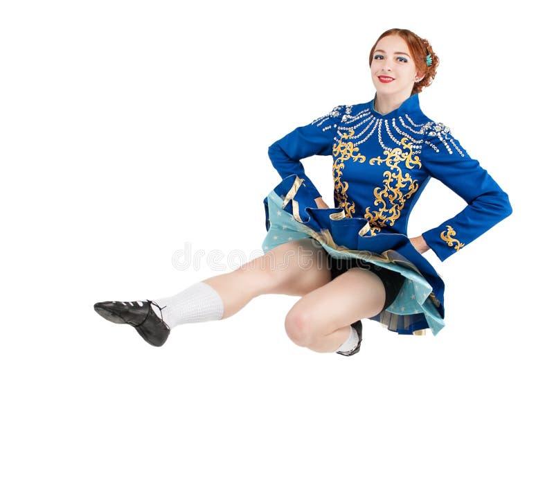 La mujer hermosa en el vestido para el irlandés baila el salto aislado imagen de archivo libre de regalías
