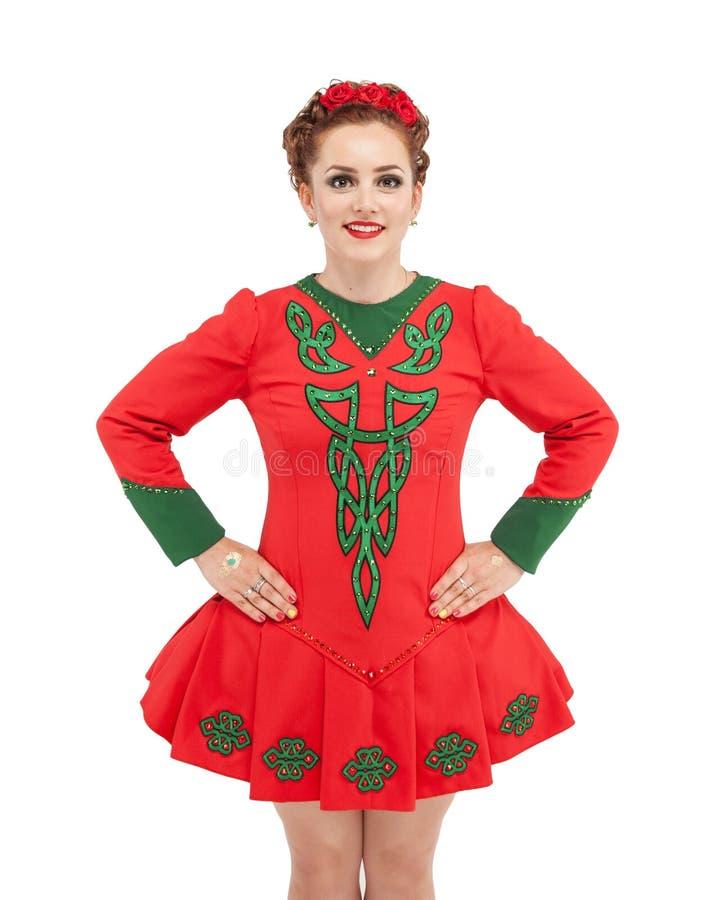 La mujer hermosa en el vestido rojo para el irlandés baila aislado fotos de archivo libres de regalías
