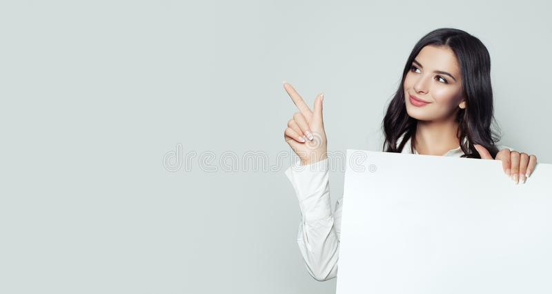 La mujer hermosa en negocio viste con el tablero vacío blanco fotografía de archivo