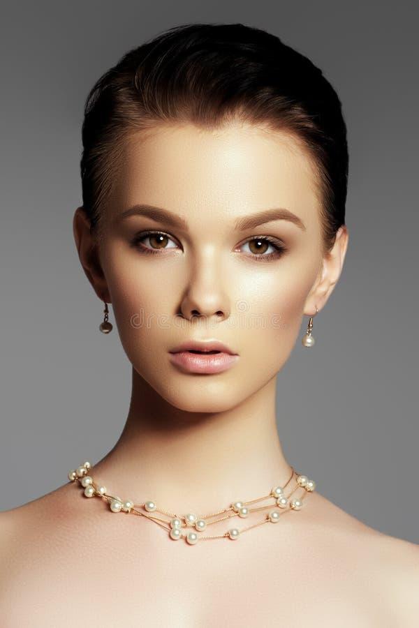 La mujer hermosa en primer pendiente costoso Hermoso usted imágenes de archivo libres de regalías
