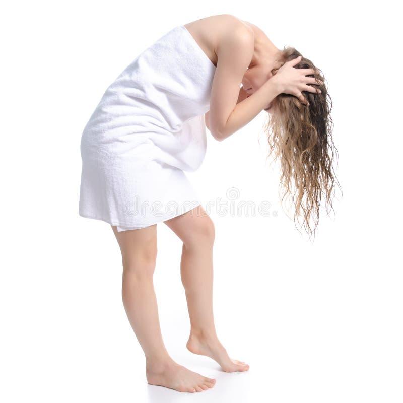 La mujer hermosa en la toalla blanca limpia el cuidado principal del cuerpo de la belleza imagen de archivo