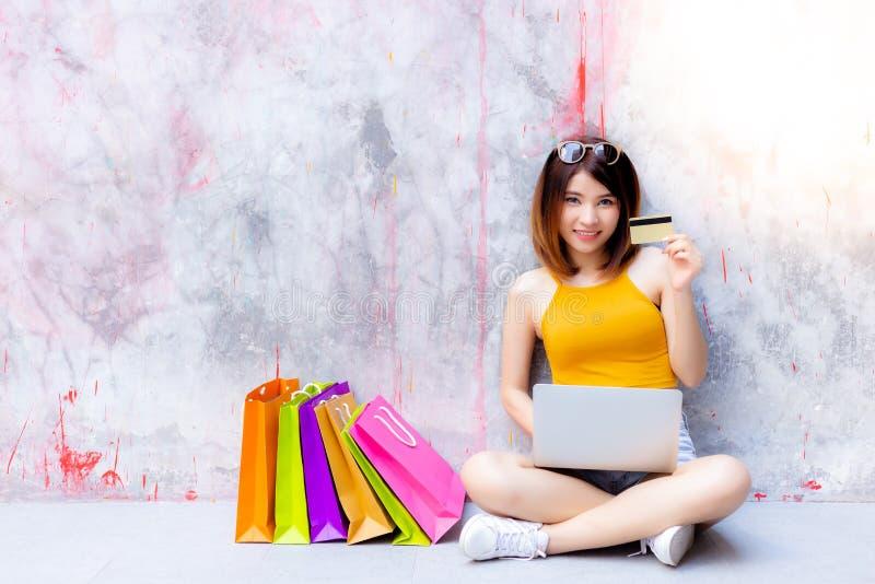 La mujer hermosa encantadora está mostrando la tarjeta de crédito Galán atractivo foto de archivo