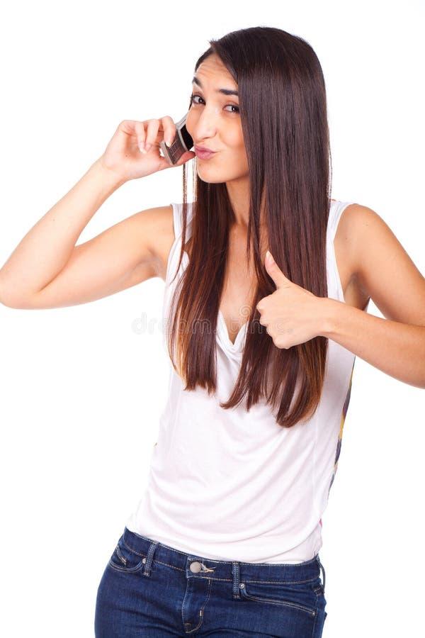 la mujer hermosa es aceptable con el teléfono móvil a disposición imagenes de archivo