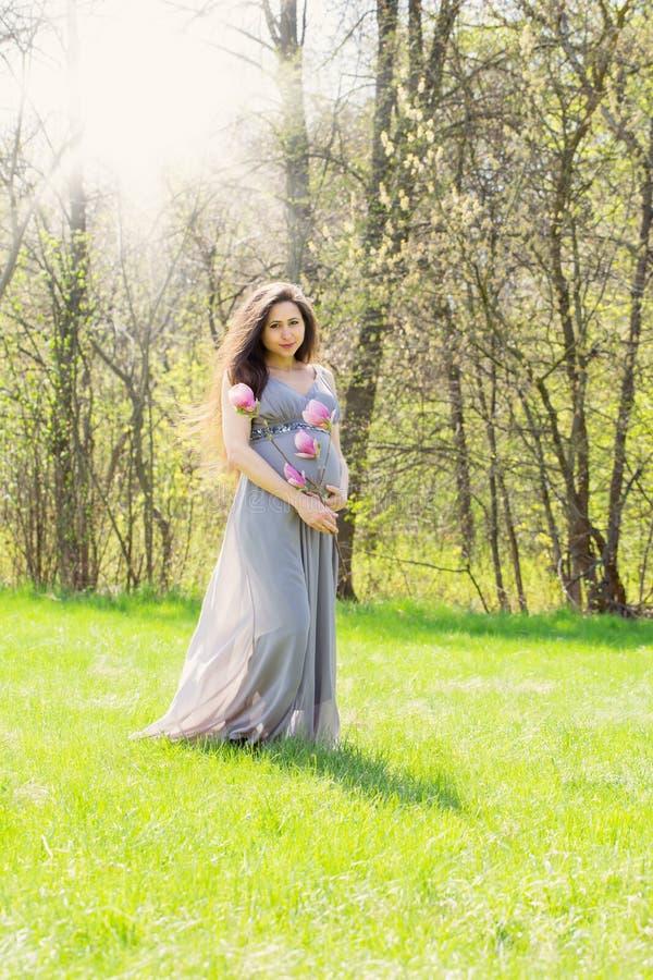 La mujer hermosa está caminando en un prado fotos de archivo
